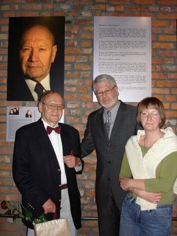 Dennis Misler with Righteous Pawel Roszkowski and his grandaughter.